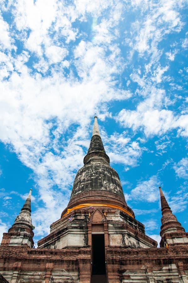 Gammal stor pagod i tempel på Thailand arkivfoto