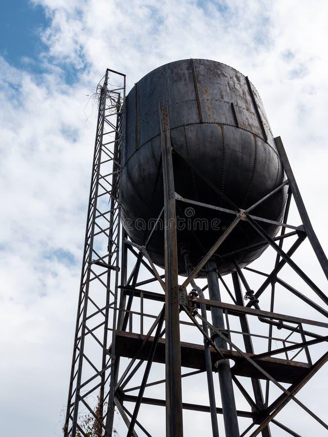 Gammal stor vattenbehållare royaltyfri foto