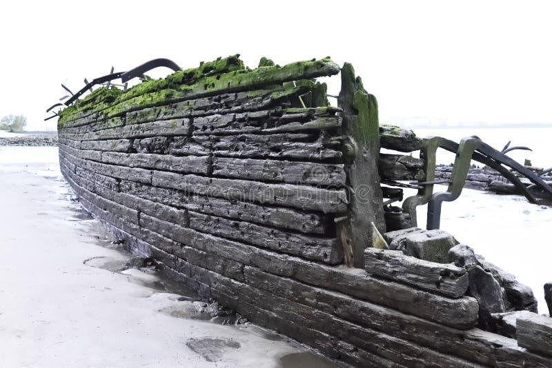Gammal strandsatt skeppsbrott på stranden fotografering för bildbyråer