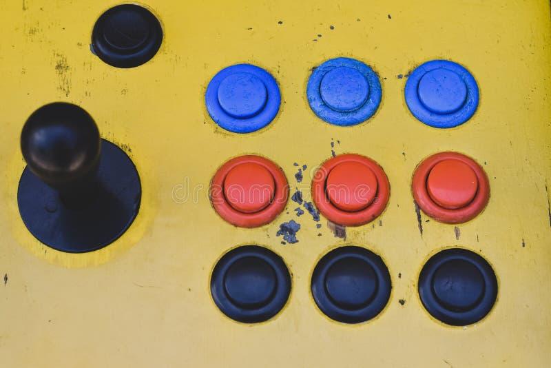 Gammal styrspak och färgrika knappar av en enarmad bandit arkivfoton