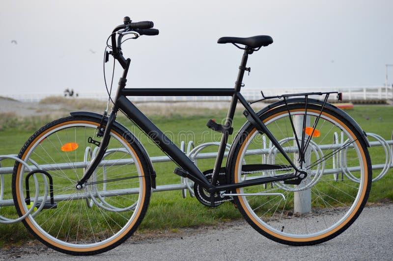 Gammal svart bicykle arkivfoto
