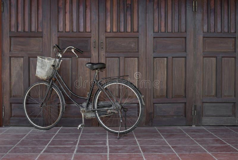 Gammal svart retro cykel i Vietnam royaltyfria foton