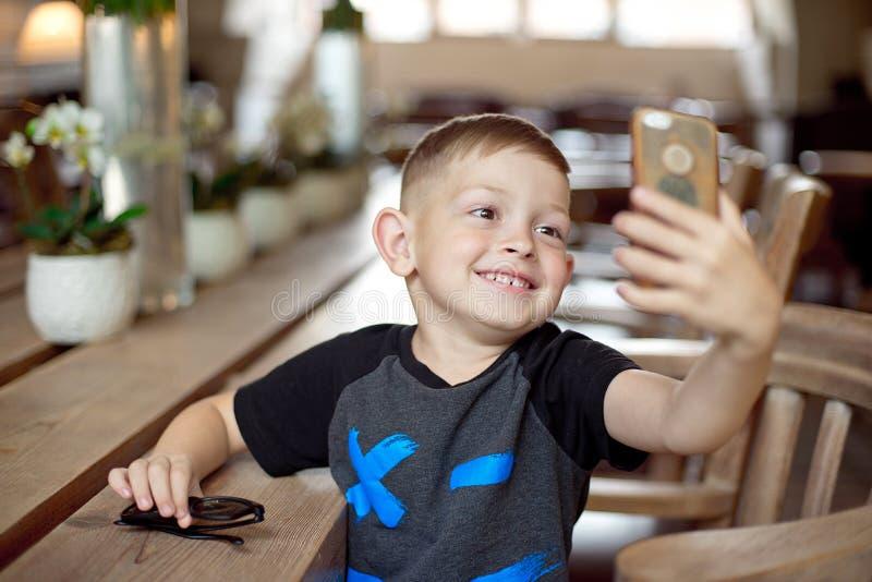 Gammal tagande selfie för Caucasian yesrs för pys 4-5 i kafé arkivfoton