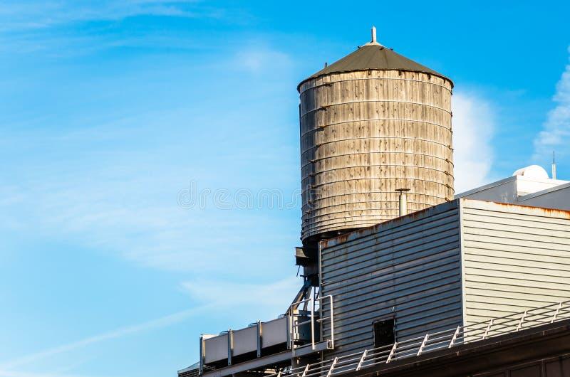 Gammal takvattenbehållare mot blå himmel royaltyfri fotografi
