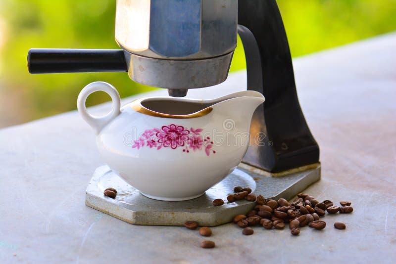 gammal tappning för kaffebryggare royaltyfria foton