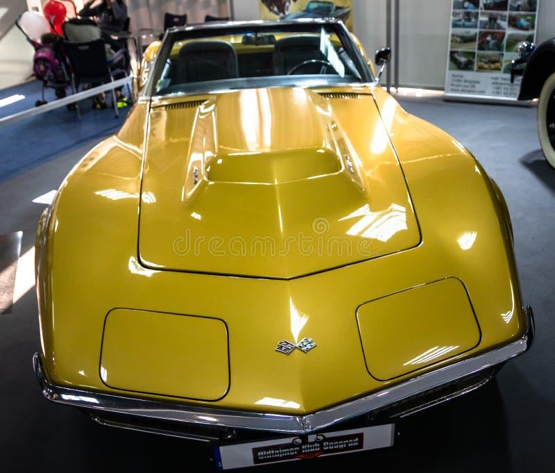 Gammal tappning gula Chevrolet Corvette Stingray p? den 54th Belgrade internationella bil- och motorshowen arkivfoto