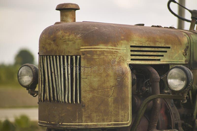 Gammal tappning och rostig traktor arkivbild