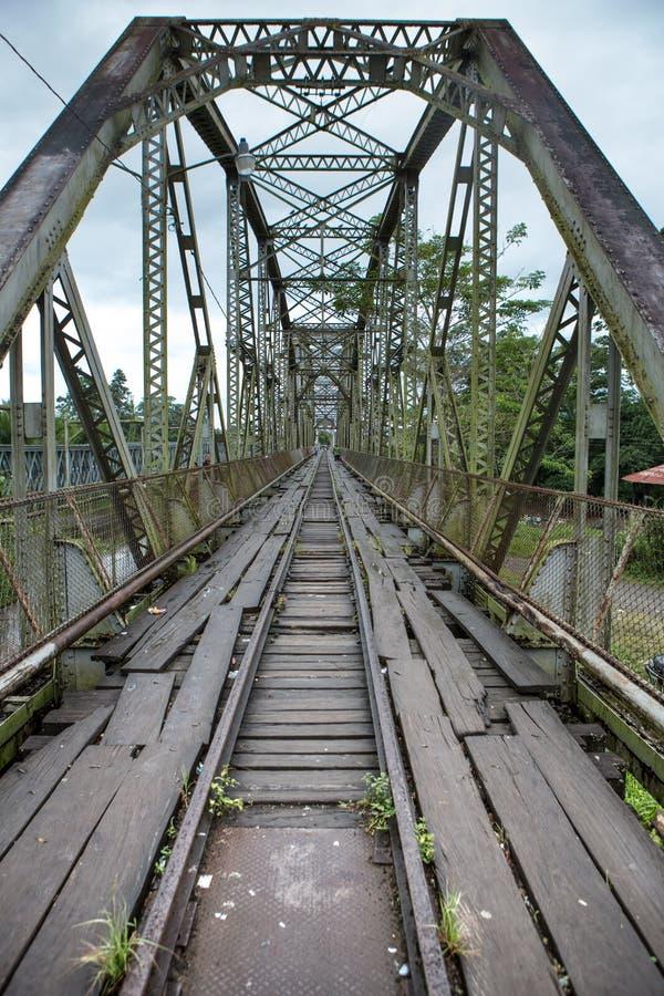 Gammal tappningbro på Sixaola arkivbild