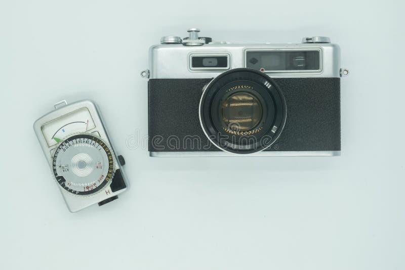 Gammal tappningfilmkamera och ljus meter som förbereder sig för lopp arkivbild