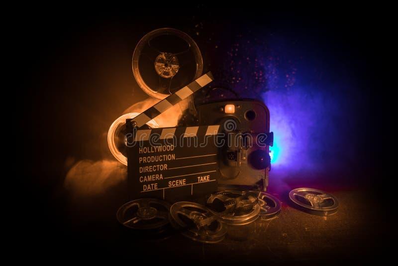 Gammal tappningfilmprojektor p? en m?rk bakgrund med dimma och ljus Begrepp av film-danande royaltyfri fotografi