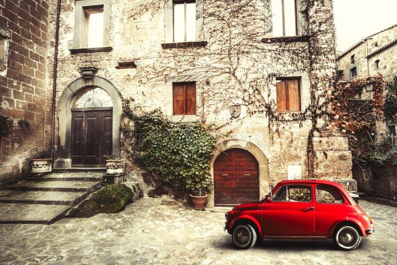 Gammal tappningitalienareplats Liten antik röd bil fiat 500 fotografering för bildbyråer