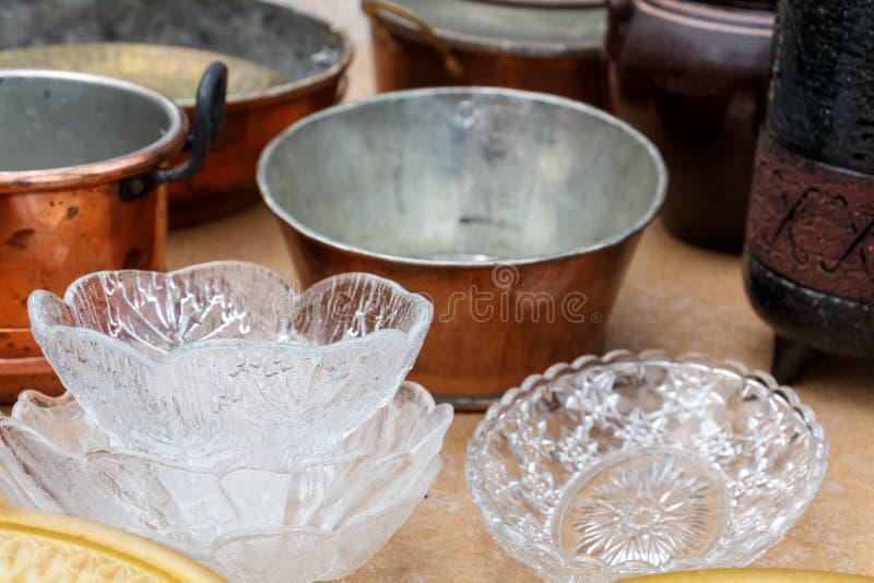 Gammal tappningköksgeråd, exponeringsglas, plattor, kokkärl, souvenir royaltyfri fotografi