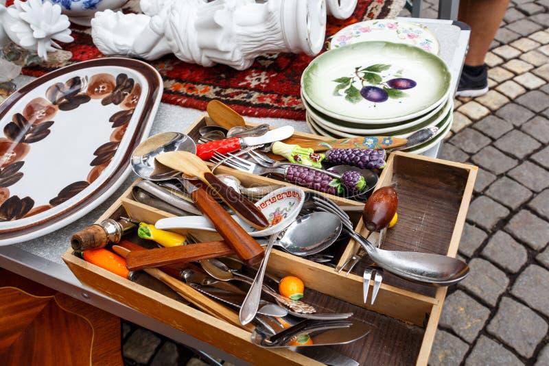 Gammal tappningköksgeråd, exponeringsglas, plattor, kokkärl, souvenir arkivbilder