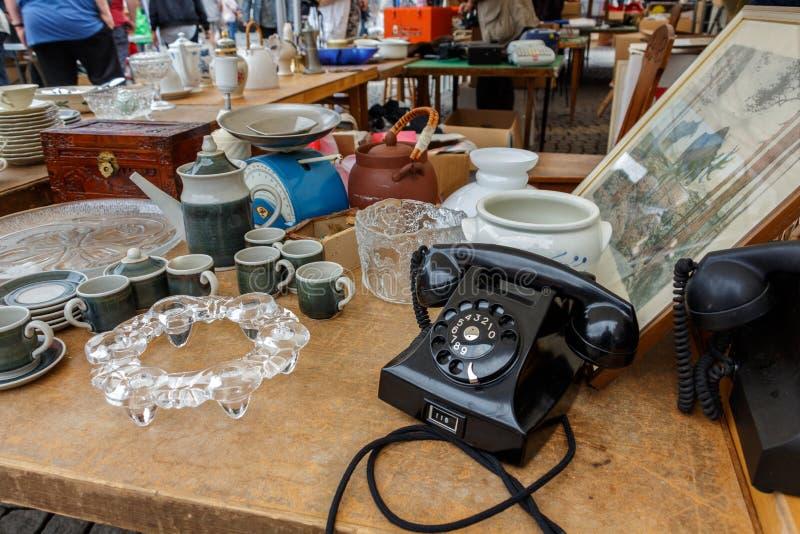 Gammal tappningköksgeråd, exponeringsglas, plattor, kokkärl, souvenir arkivfoton