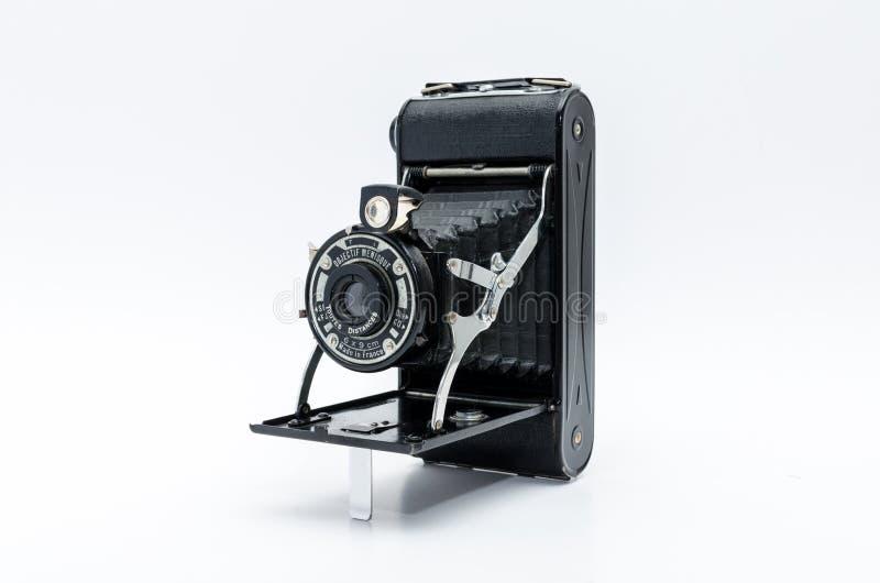 Gammal tappningkamera på vit bakgrund arkivfoton
