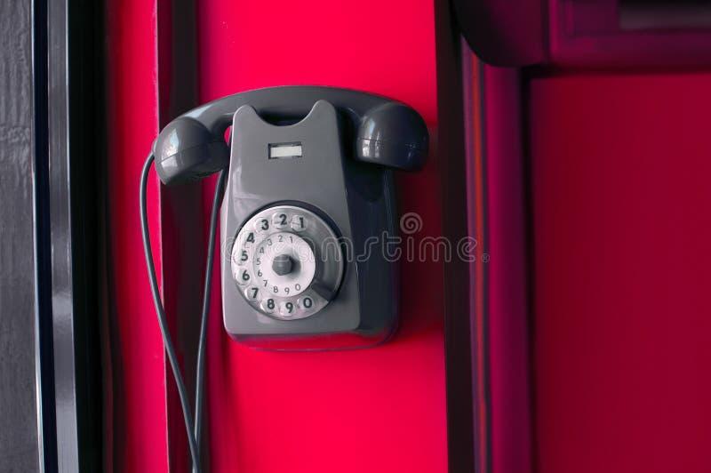 Gammal tappningtelefon på en vägg royaltyfri fotografi