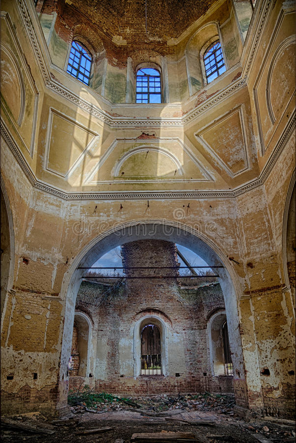 Gammal tegelsten övergav den ortodoxa kyrkan av den Kazan symbolen av modern i Voronezh royaltyfri fotografi