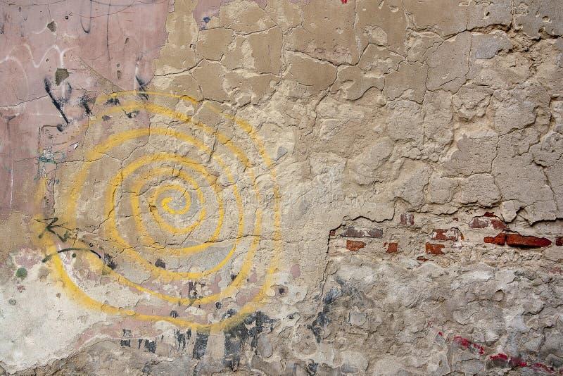 Gammal tegelstenvägg i den gamla staden och grafitti royaltyfria foton