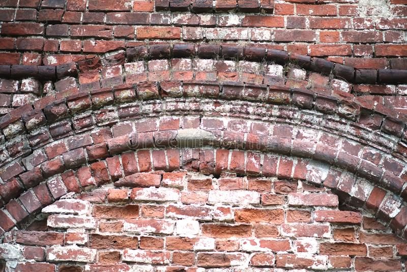Gammal tegelstenvägg med en spricka royaltyfri fotografi