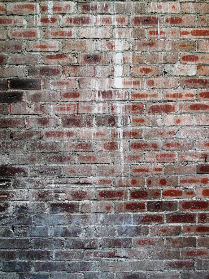 Gammal tegelstenvägg med målarfärgfärgstänk royaltyfri fotografi