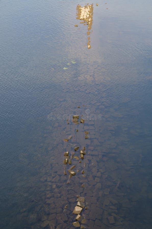 Gammal tegelstenvägg under vatten royaltyfria bilder