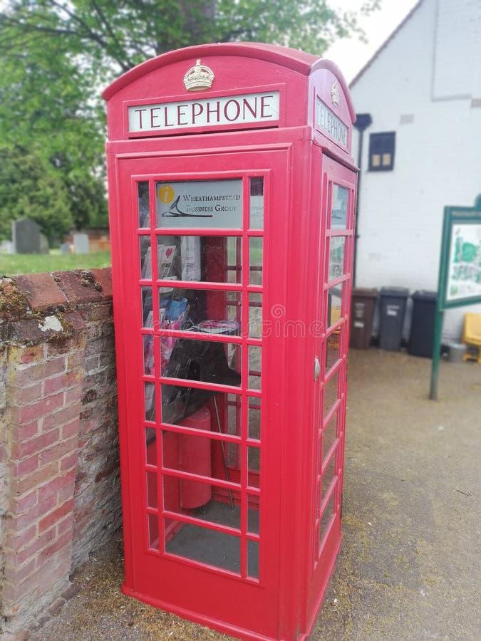 Gammal telefon för röd kabin arkivbild