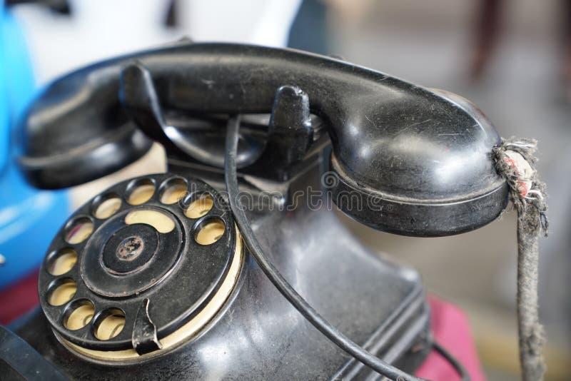 Gammal telefon för tappningantikvitetsvart med den roterande disketten royaltyfri fotografi