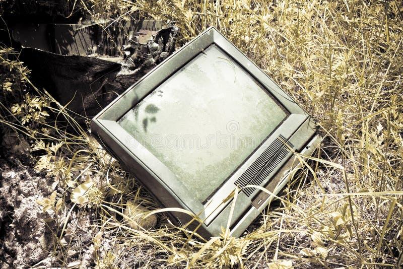 Gammal televisionCRT som överges i en olaglig förrådsplats fotografering för bildbyråer