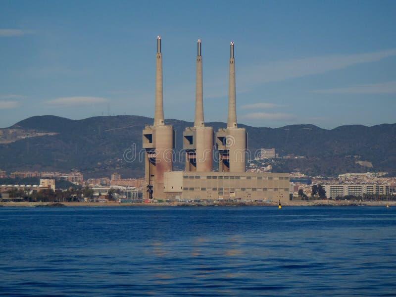 Gammal termisk kraftverk av den Besos floden i Barcelona royaltyfria bilder