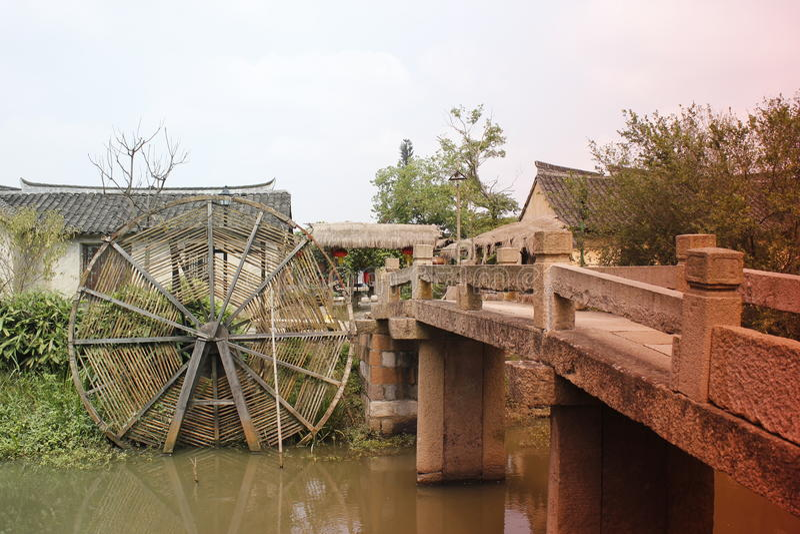 Gammal tid i en liten gård för en gemensam kinesisk familj arkivbild