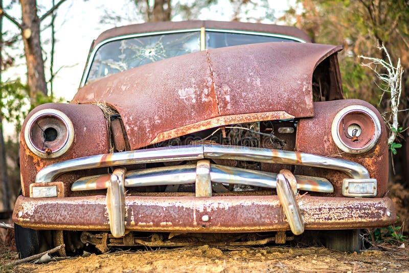 Gammal tidmätare övergiven bil på lantgården arkivfoton
