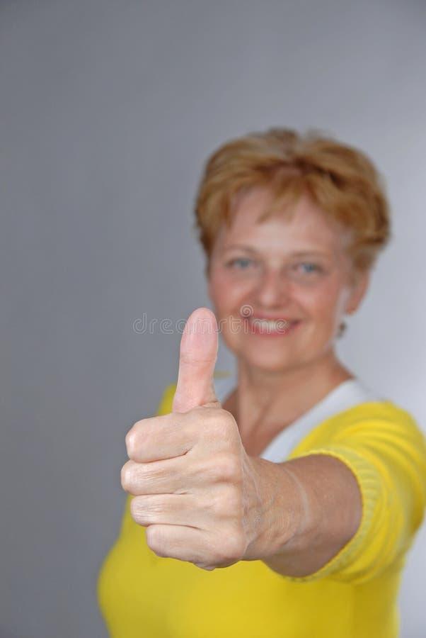gammal tillfredsställd kvinna royaltyfri foto