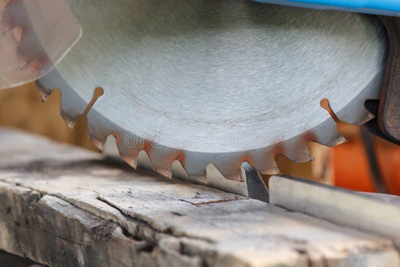 Gammal timmerremsa med tandcirkelsågen i seminarium royaltyfri fotografi