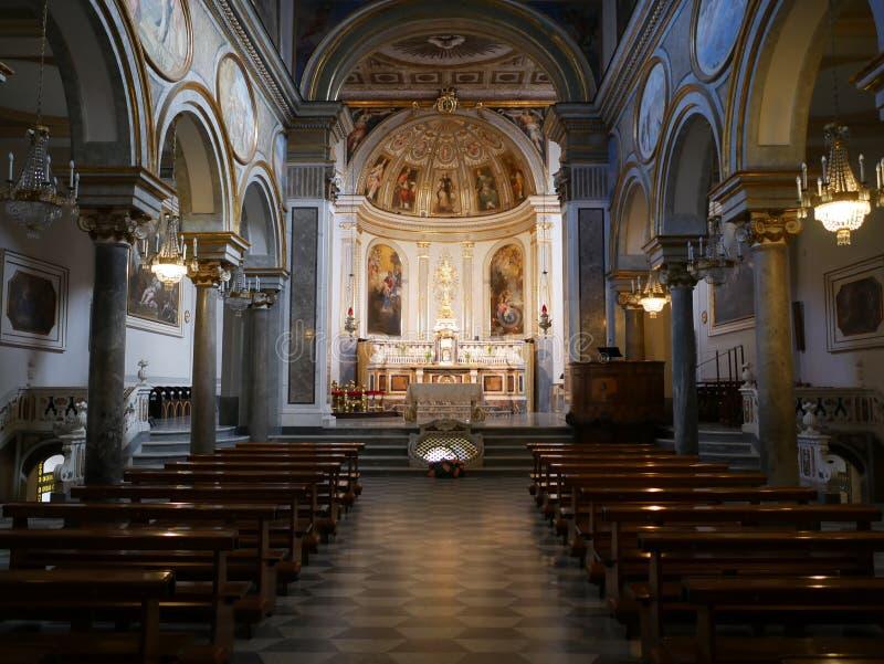 Gammal tom katolsk kyrka med klassiska målningar royaltyfri bild