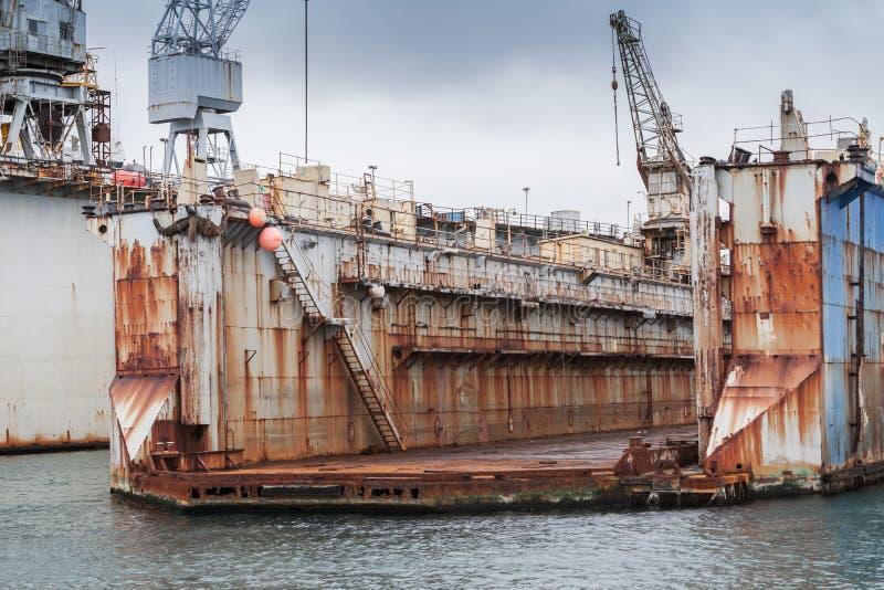 Gammal tom torr skeppsdocka, skeppsvarv i port arkivfoton