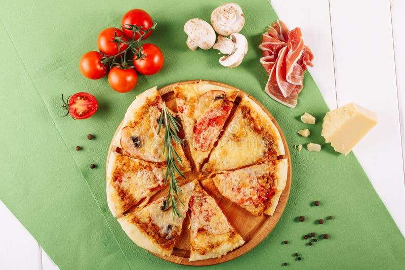 Gammal torr peperonipizza med Ham Top Flat Lay arkivfoto