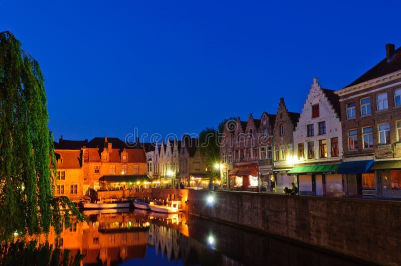 Gammal Town av Bruges på skymningen royaltyfri bild