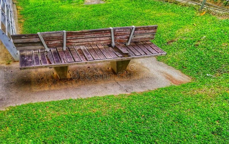 Gammal träbänk på trädgården, utomhus- begrepp arkivbilder