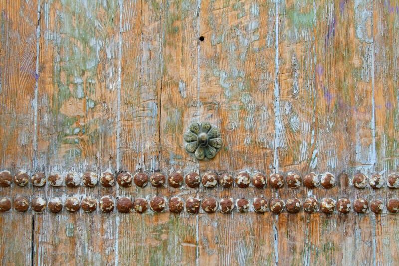 Gammal träbakgrund med den metallnitar och blomman royaltyfria bilder