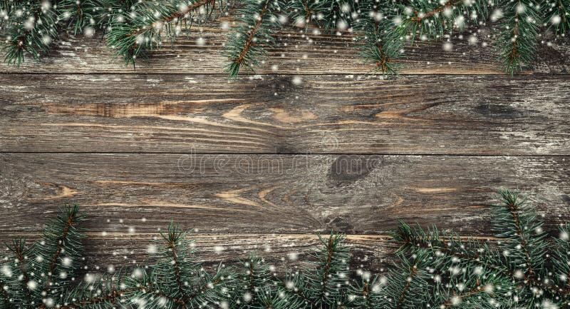 Gammal träbakgrund med granfilialer Utrymme för ett hälsningmeddelande klaus santa för frost för påsekortjul sky Top beskådar Eff arkivfoto