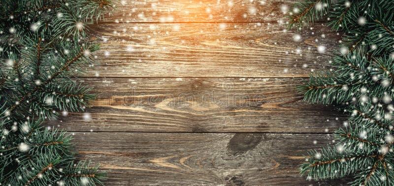 Gammal träbakgrund med granfilialer Utrymme för ett hälsningmeddelande klaus santa för frost för påsekortjul sky Top beskådar Eff royaltyfri foto