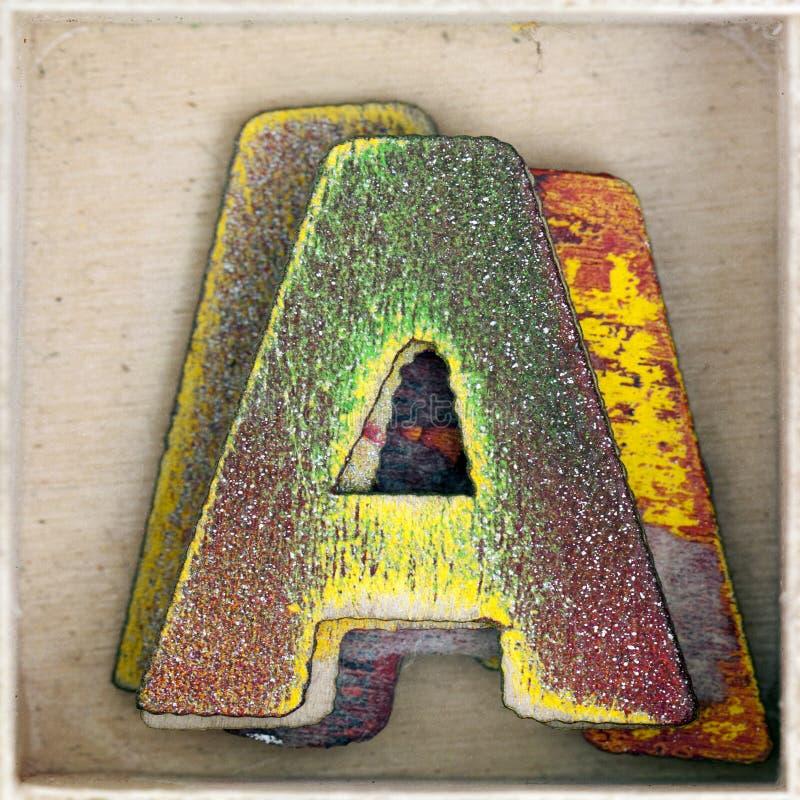 Gammal träbokstav A i en ask arkivfoto