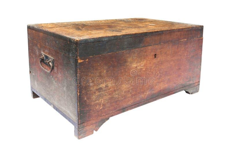 Gammal träbröstkorgask som isoleras på vit bakgrund Den gamla träskattasken isolerade royaltyfri bild