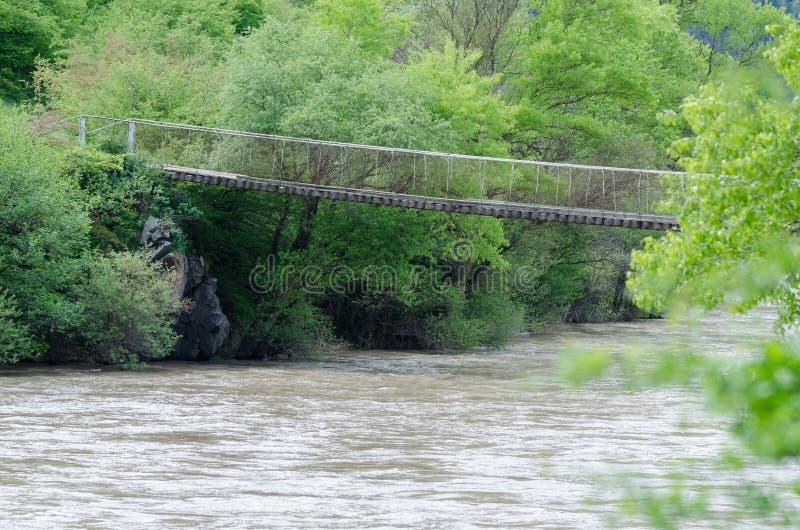 Gammal träbro över flodbergfloden i Georgia fotografering för bildbyråer