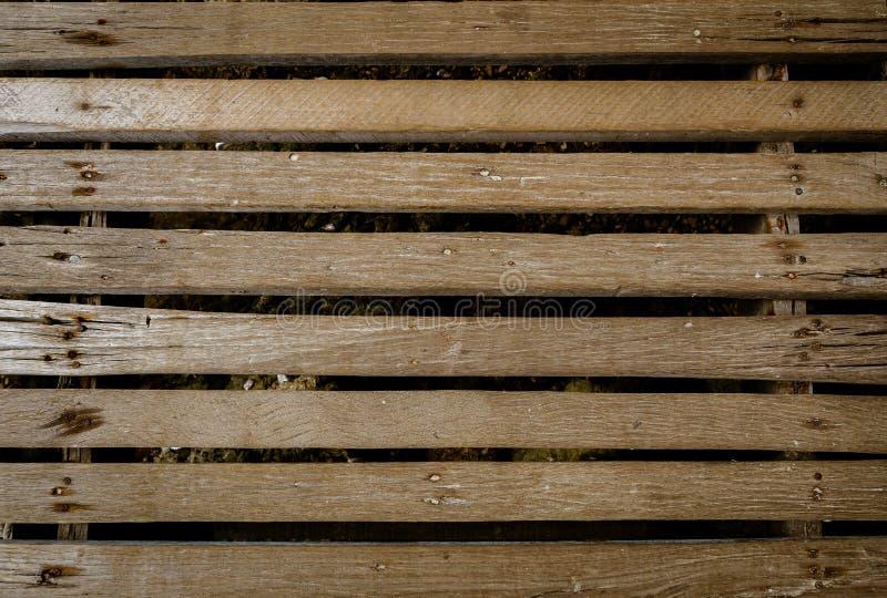 Gammal träbro med härliga utrymmen var brun färg som är passande för att vara en bakgrundsbild royaltyfria foton