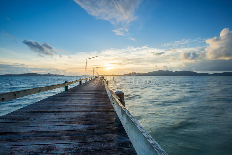 gammal träbro på havs- och molnflyttningen arkivfoton