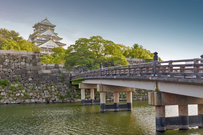 Gammal träbro till Osaka Castle, Japan mest berömd historisk gränsmärke i Osaka City, Japan arkivfoton