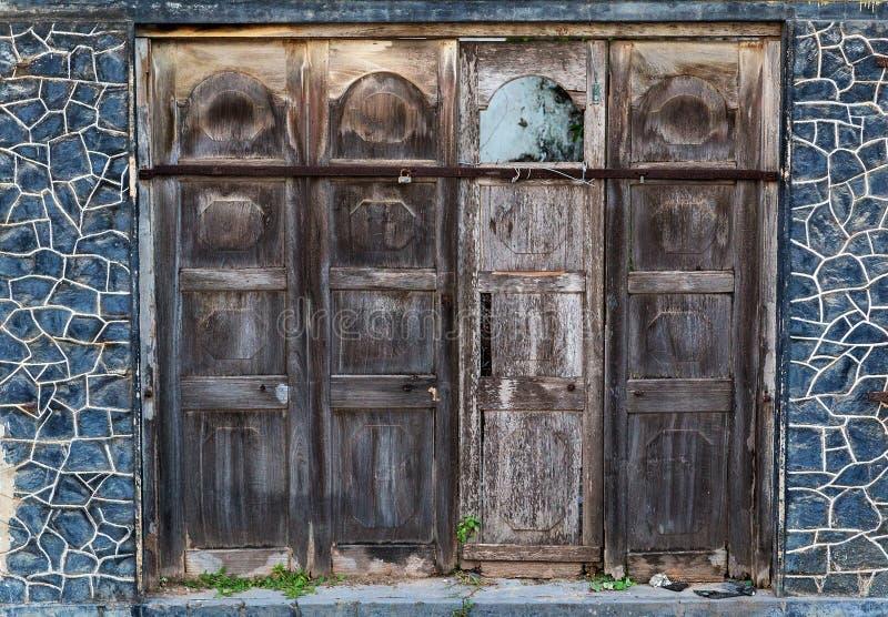 Gammal träbrun wood textur för panelhus för bakgrund gamla dörrar royaltyfri foto