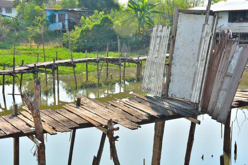 Gammal trädörr för dubbel bro av kompetent folk royaltyfri foto