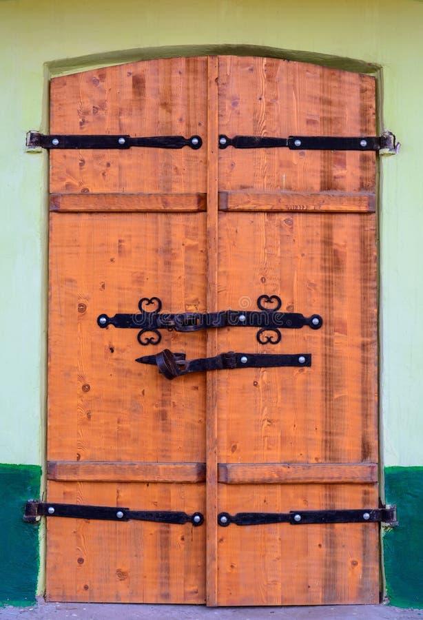 Gammal trädörr med ett stort massivt lås fotografering för bildbyråer